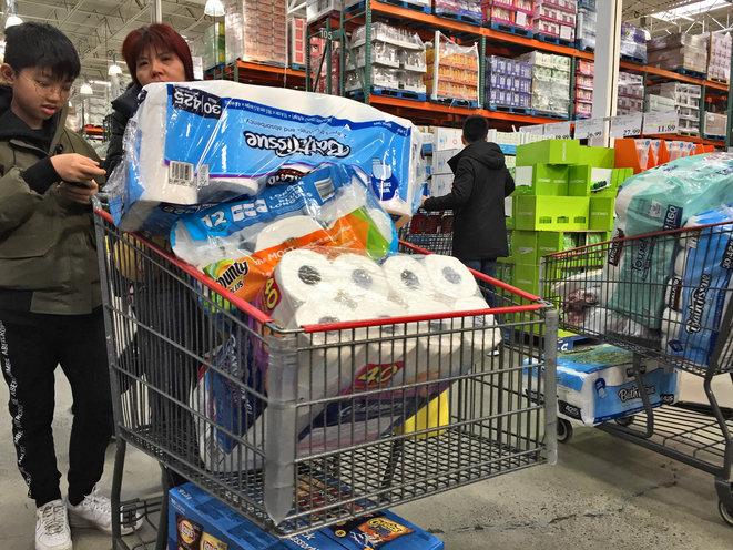 Bataille pour du papier hygiénique dans les supermarchés